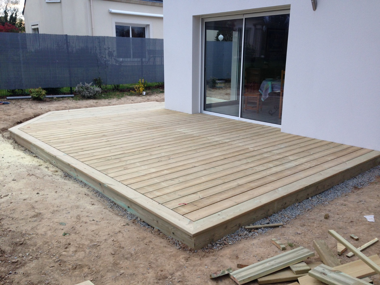 Pose terrasse bois sur plot beton castorama for Plot pour dalle beton