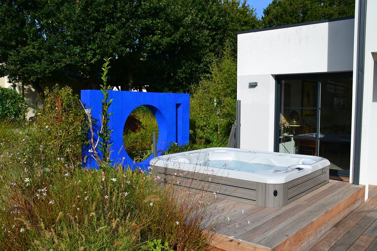 Présentation de notre réalisation de terrasse avec encastrement de spa dans Tendance Magazine Mars 2018